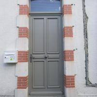 Fabrication , fourniture et pose d'une porte d'entrée avec imposte , bois exotique , moulure grand cadre